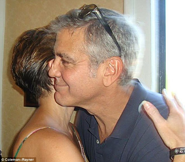 George Clooney meets Fans in Augusta Kentucky - Rosemary Clooney Museum - Page 2 Dog310