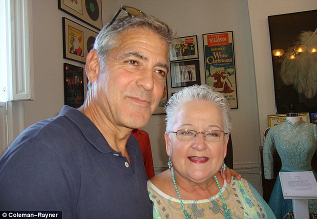 George Clooney meets Fans in Augusta Kentucky - Rosemary Clooney Museum - Page 2 Dog410