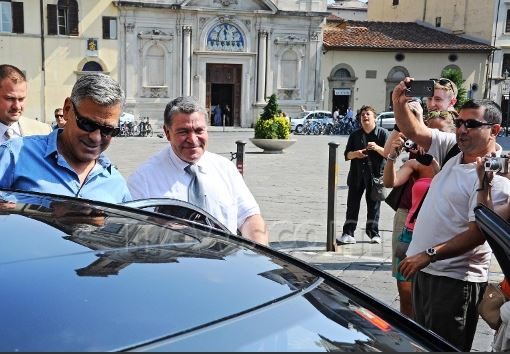 George Clooney leaving Florence Duu210
