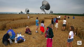 Der Kornkreis steht neben Radioteleskopen - mit Grund Kornkr10