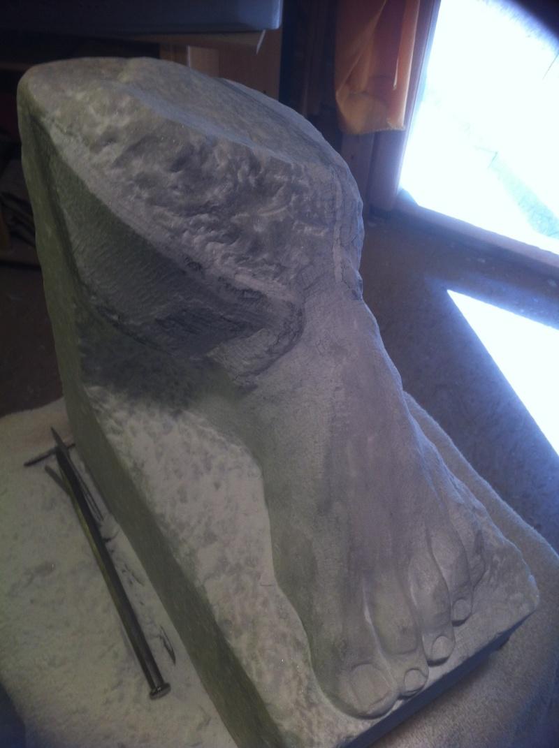 Pas à pas en marbre un pied, des ailes. M10