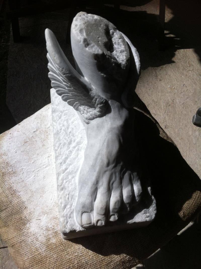 Pas à pas en marbre un pied, des ailes. T10