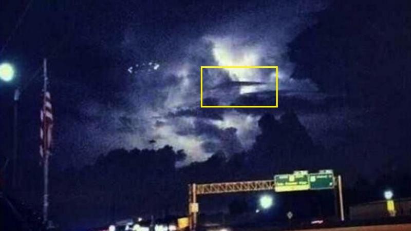 Houston, un ovni dans la tempète Ufo-ho11