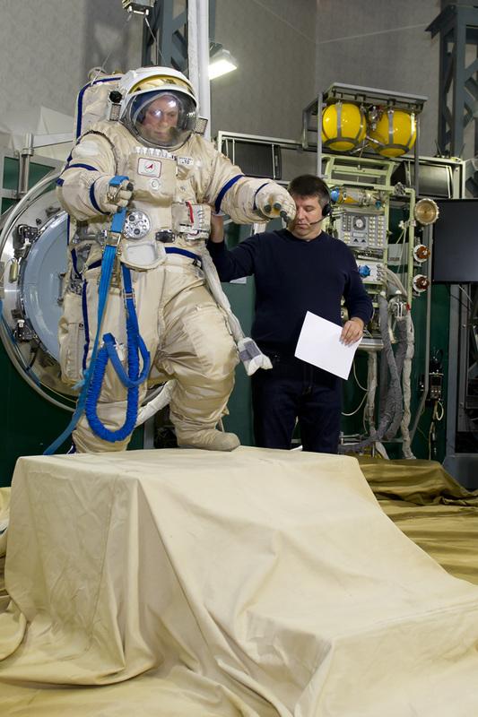 Oleg Artemyev s'entraine a atterrir sur Mars. 337