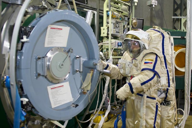 Oleg Artemyev s'entraine a atterrir sur Mars. 419