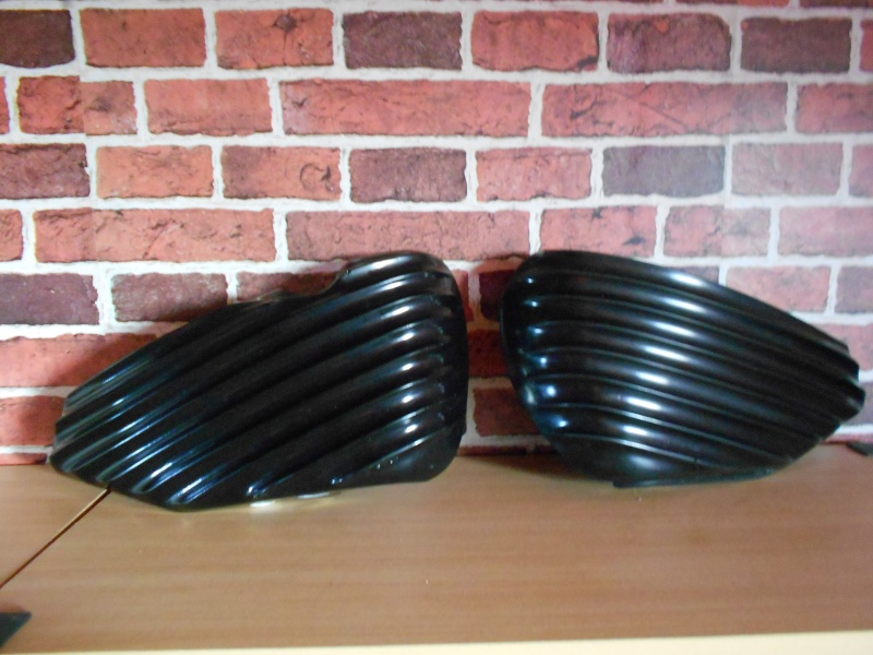 CACHES LATERAL RIBBED POUR SPORTSTER 2004 ET UP. 2014-110