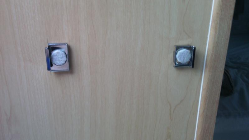 6,99$ Un miroir qui s'installe parfaitement sur le côté de l'armoire. Img_2022