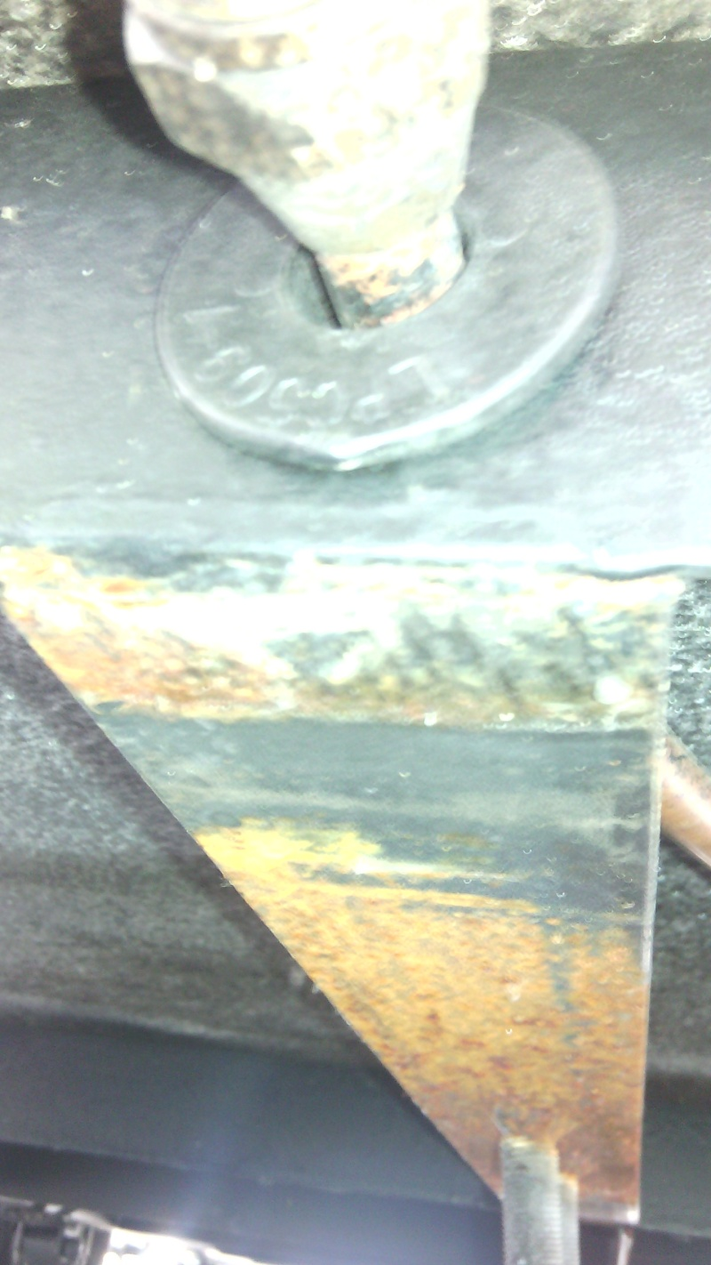 Rouille derrière le pneu de secours sous la roulotte Img_2028