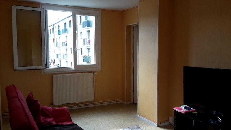 Premier appartement, du sol aux murs est les meubles. 20141010