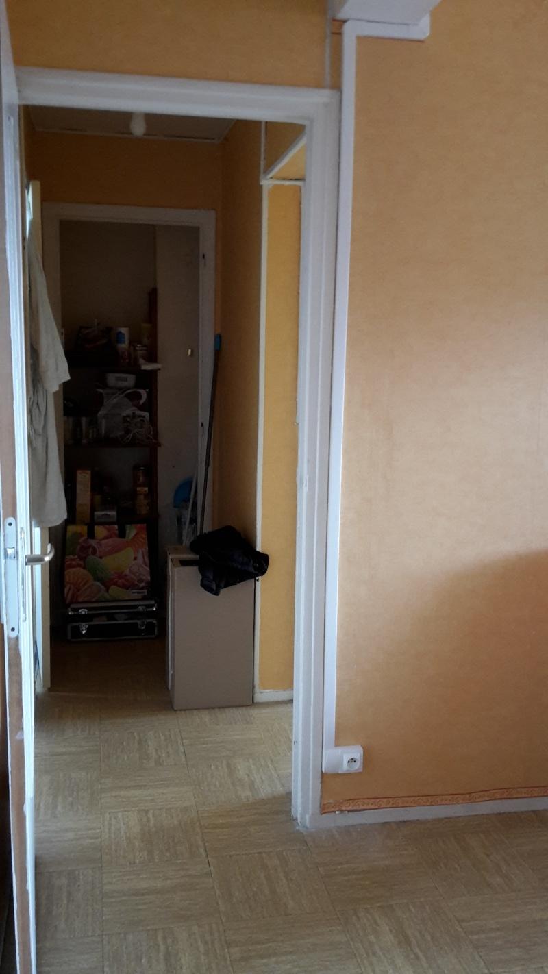 Premier appartement, du sol aux murs est les meubles. 20141017