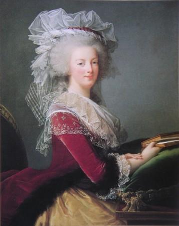Portrait de la Reine au livre en robe rouge 22172310