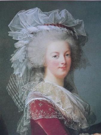 Portrait de la Reine au livre en robe rouge 22172410