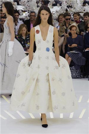 Haute Couture: Nouveau Versailles et Marie Antoinette dans l'espace 22254110