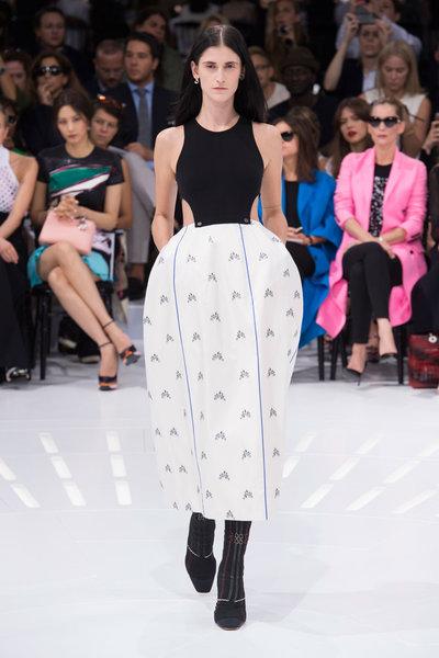 Fashion Week: Raf Simons entre robes à panier façon Marie Antoinette et futurisme 23402910