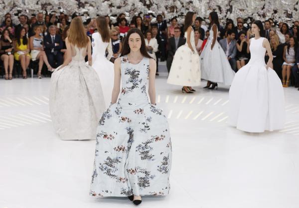 Haute Couture: Nouveau Versailles et Marie Antoinette dans l'espace 87342810