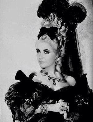 Liz Taylor en Marie Antoinette...Non?!  Br1az310