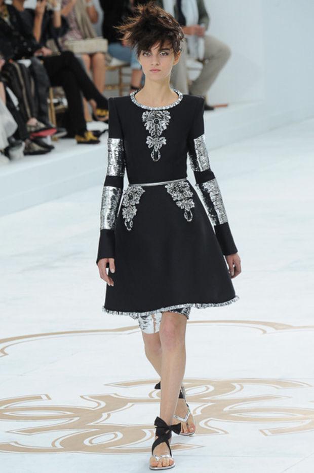 Haute Couture: Nouveau Versailles et Marie Antoinette dans l'espace Kim-0610