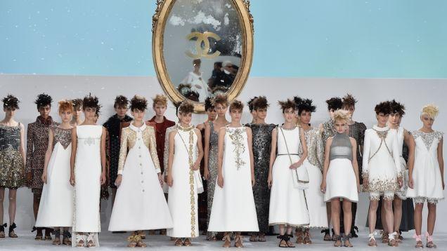 Haute Couture: Nouveau Versailles et Marie Antoinette dans l'espace Sdqckp10