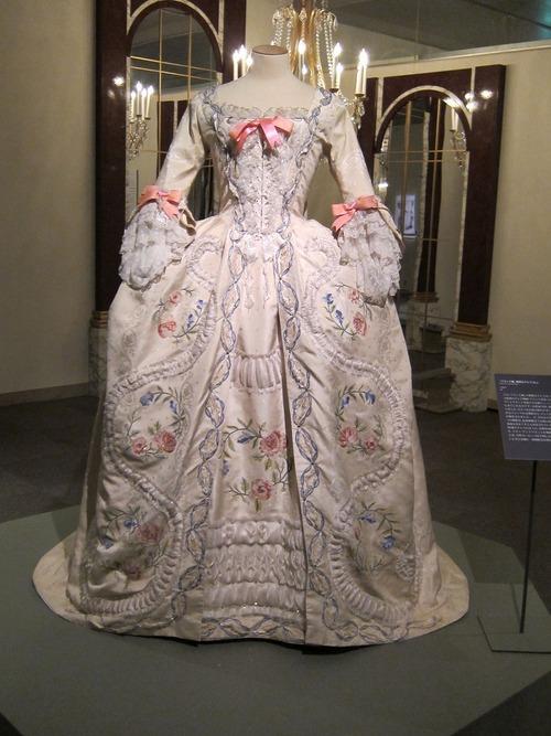 Les robes portées par les Marie Antoinette de nos écrans Tumblr37