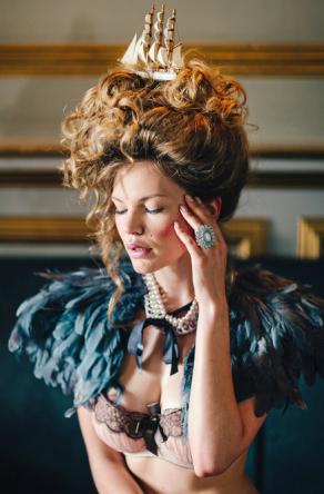 Marie-Antoinette dans les images publicitaires - Page 4 Zbouf10