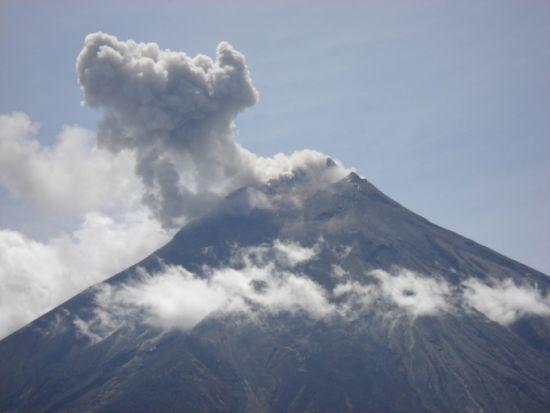 Ecuador permanece alerta ante actividad sísmica en volcán Tungurahua Tungur10