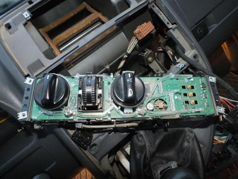 Démontage console centrale - Remplacement ampoules clim et ventil 2010