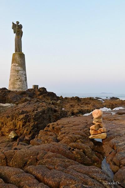 Empilements de pierres ou cairns contemporains  Empil10
