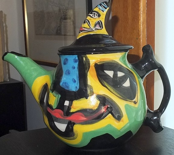 Abstract studio teapot, anyone recognise the signature please? Tp10