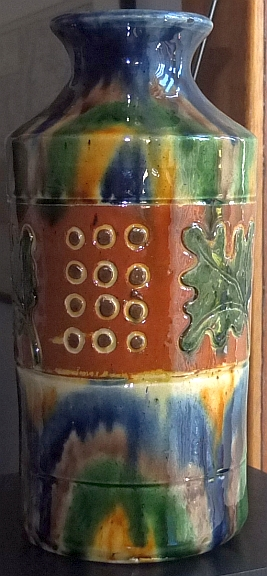 Vase with mark partially obscured with glaze, any ideas please? Vse10