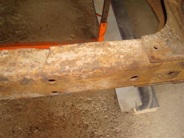 fissures châssis sur fixations support de roue de secours. Dsc05911