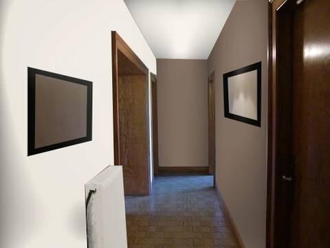Peinture d\'un couloir étroit et assez long