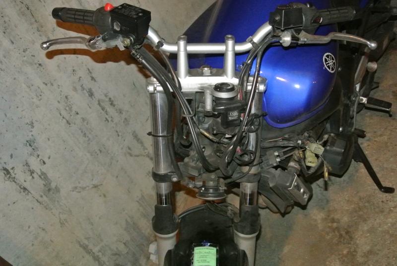 Recherche tête de fourche + optique + compteur FZ6 S ABS de 2006 Dsc_2412