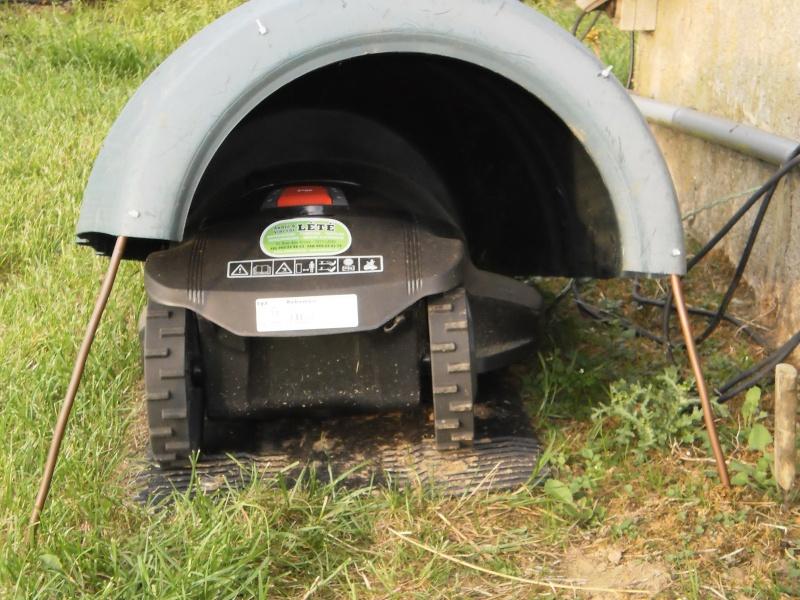 Un abris pour robot tondeuse avec de la récup. P7240012