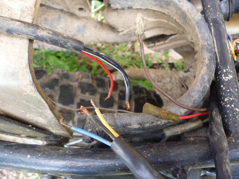 regulateur de tension et connexions feux ar/stop P1020312
