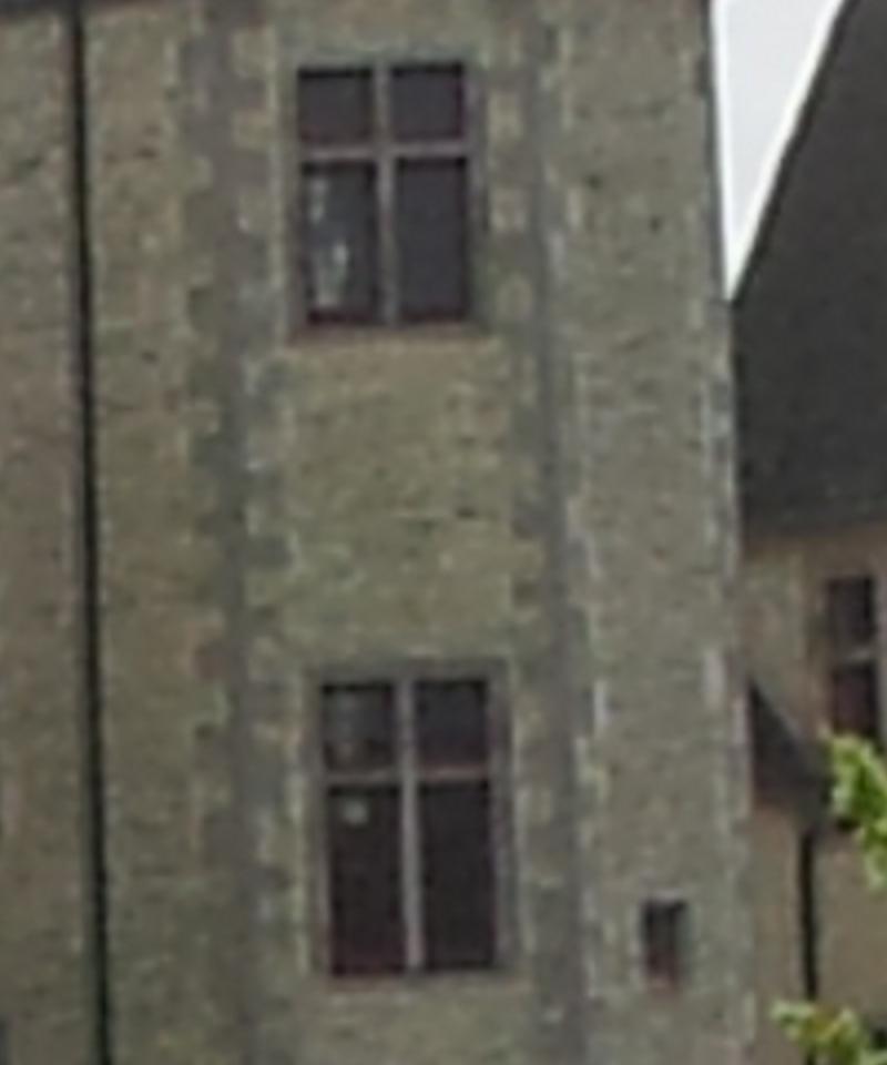 Fantômes aux fenêtres du château des Ravalet ? Ravale13