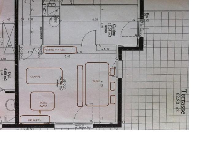 Déco d'un salon/salle à manger avec carrelage blanc au sol Plan_s13