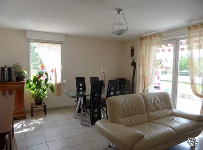 Déco d'un salon/salle à manger avec carrelage blanc au sol Salon12