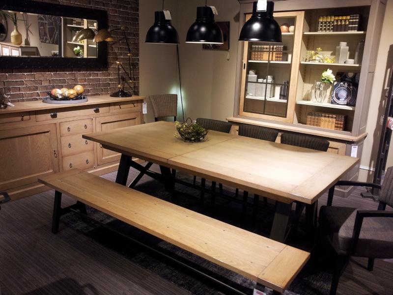 Déco d'un salon/salle à manger avec carrelage blanc au sol Table_12