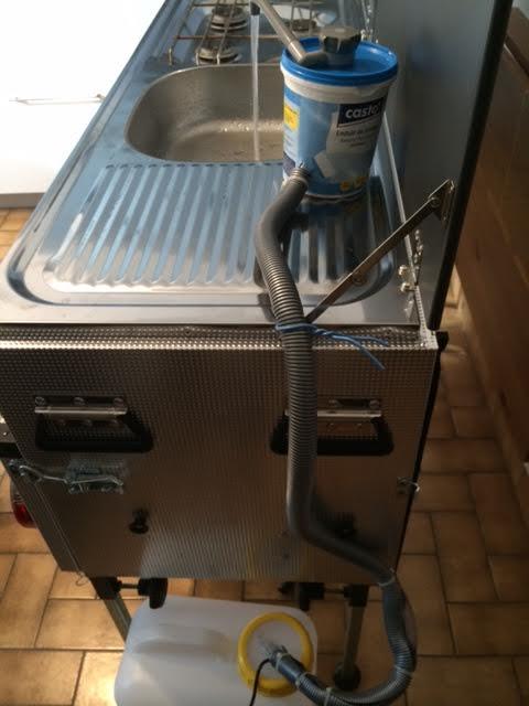 Pompe à eau sur cuisine de pliante : besoin de votre aide 210