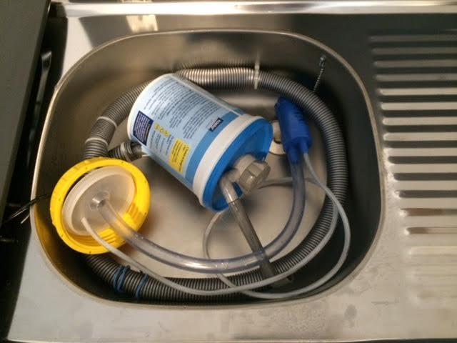 Pompe à eau sur cuisine de pliante : besoin de votre aide 410