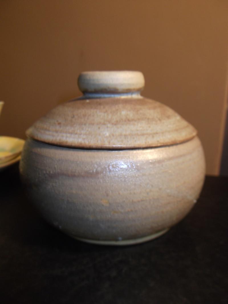 lidded pot marked erv? ern? or just er? Dscf3112