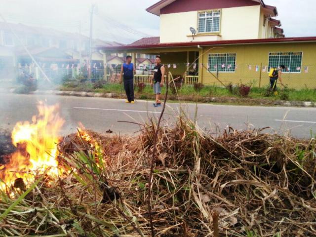 Gotong-royong membakar rumput/tumbuhan mati utk tapak pondok SRS -1/10/2014 Photo_90