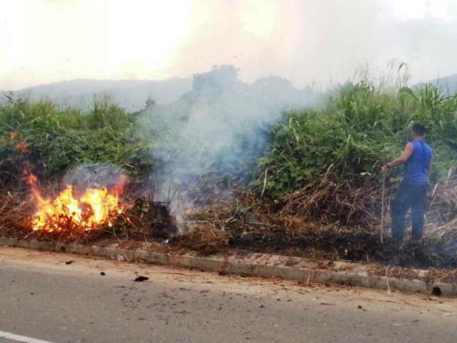 Gotong-royong membakar rumput/tumbuhan mati utk tapak pondok SRS -1/10/2014 Photo_91