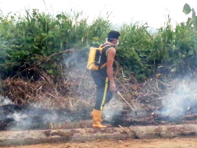 Gotong-royong membakar rumput/tumbuhan mati utk tapak pondok SRS -1/10/2014 Photo_92
