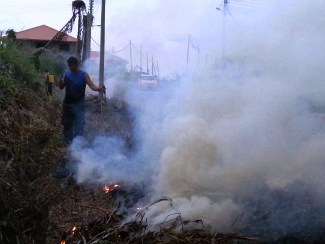 Gotong-royong membakar rumput/tumbuhan mati utk tapak pondok SRS -1/10/2014 Photo_93
