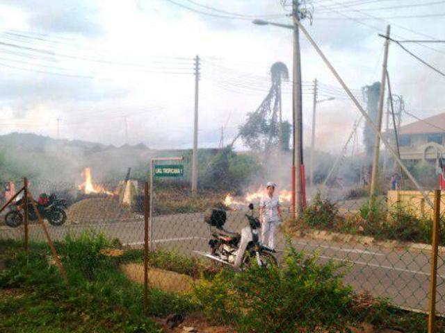 Gotong-royong membakar rumput/tumbuhan mati utk tapak pondok SRS -1/10/2014 Photo_96