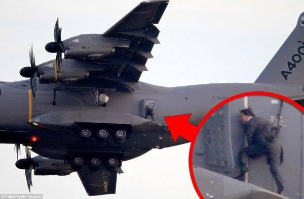 Un homme debout sur la nacelle de trains d'atterrissage d'un A400M d'Airbus Military en plein vol A400m_10