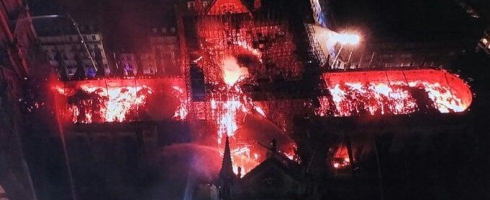 Crolla la cattedrale di Notre-Dame 23111310