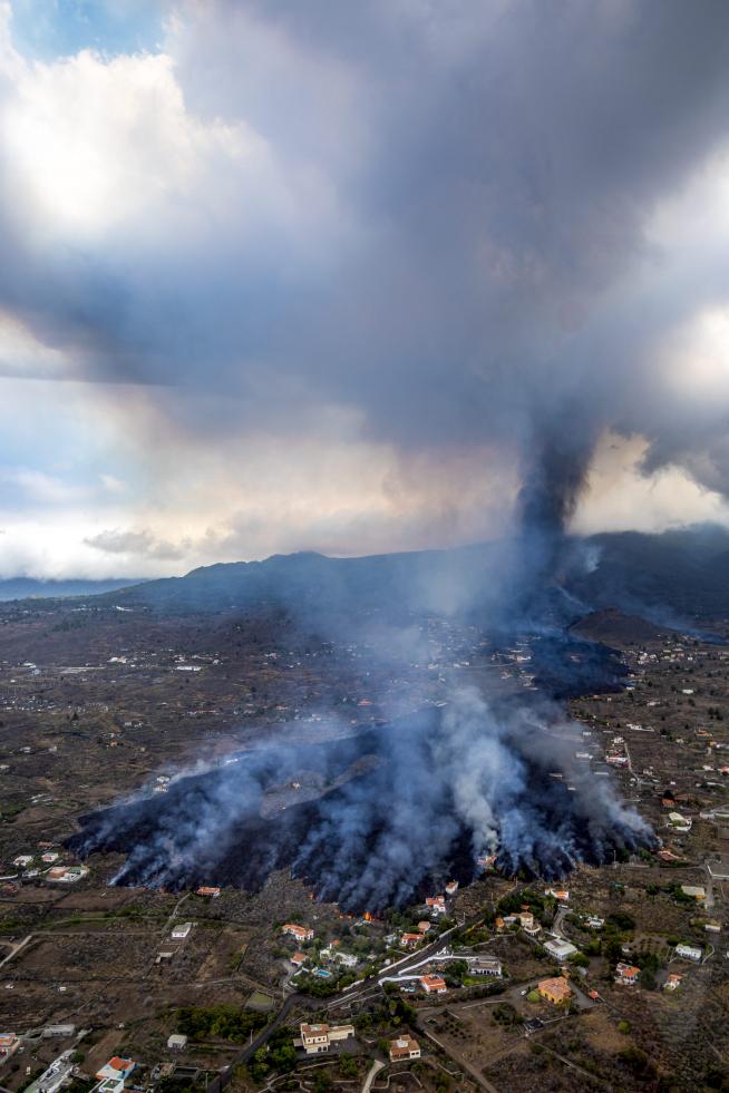 Entra en erupción el volcán de La Palma La-lav10