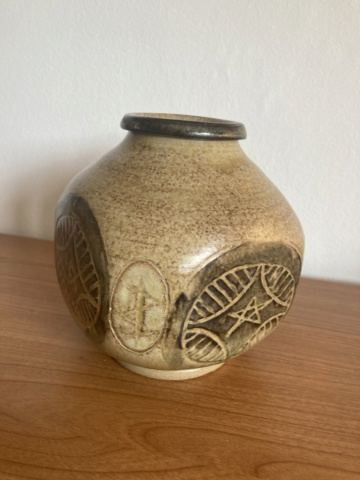 Signed stoneware vase - maker? 128fa910